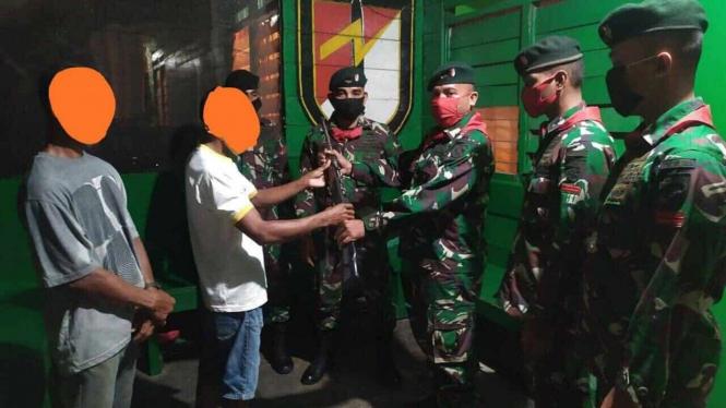 VIVA Militer: Satgas Yonif/732 Terima Senjata Rakitan Warga Maluku