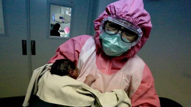Petugas medis menangani persalinan bayi di RSUP M Djamil Padang.