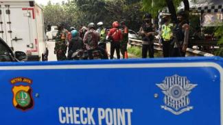 Petugas memeriksa Surat Izin Keluar Masuk (SIKM) Jakarta