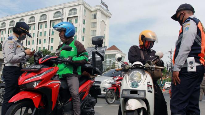Petugas Dishub Jakarta memeriksa surat kelengkapan kendaraan