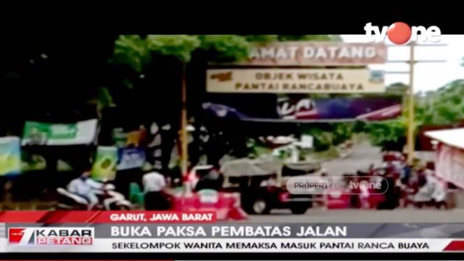 Emak-emak buka paksa penutup jalan tempat wisata di Garut.