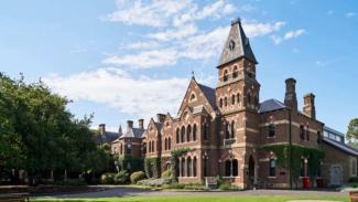 Asrama Trinity College milik University of Melbourne mengeluarkan puluhan siswanya karena melanggar aturan soal virus corona.