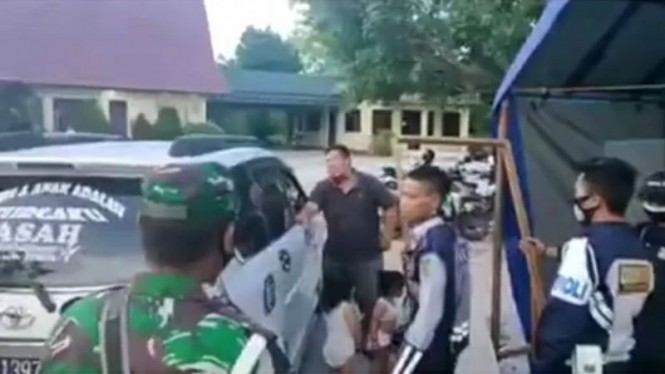 Video viral bapak tak mampu beli susu serahkan 2 anaknya ke petugas PSBB