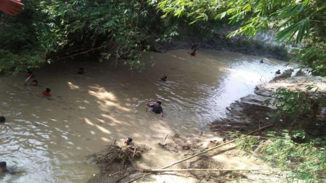 VIVA Militer: Lanal Tegal Lakukan Pencarian Bocah Tenggelam di Sungai Cacaban