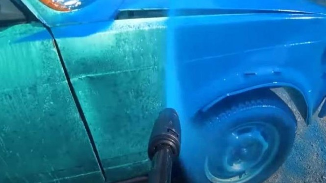 Cat mobil pakai mesin cuci steam.