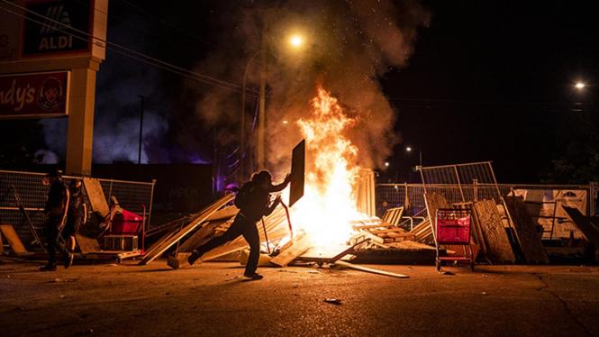 Kerusuhan rasialis akibat tewasnya warga kulit hitam George Floyd di Minneapolis, Amerika Serikat (AS).