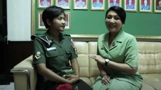 VIVA Militer: Serda Desi Setiasari Bersama Ibu Hetty Perkasa