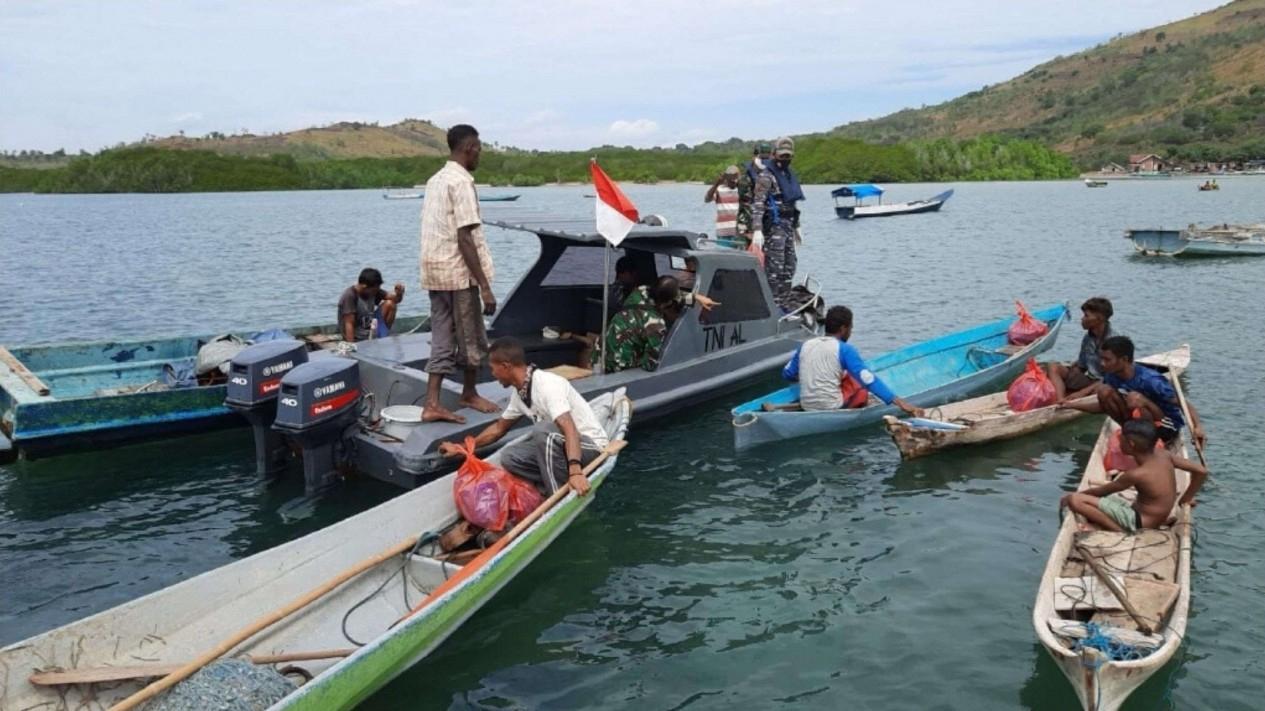 VIVA Militer: Personel Posmat Bagikan Sembako di Flores Timur