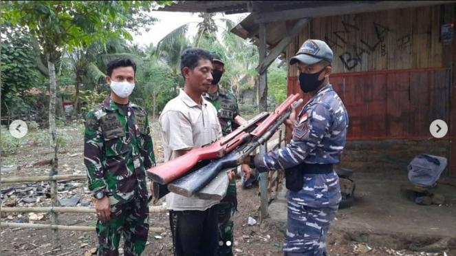 VIVA Militer: Personel Posmat Flores Timur Terima 4 Senpi Rakitan