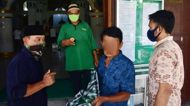 Warga tanpa masker dilarang masuk ke masjid selama PSBB (wajah sengaja diblur)