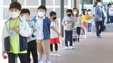 https://thumb.viva.co.id/media/frontend/thumbs3/2020/05/29/5ed0c49b8cd77-virus-corona-ratusan-sekolah-di-korea-selatan-ditutup-lagi-karena-lonjakan-kasus_375_211.jpg