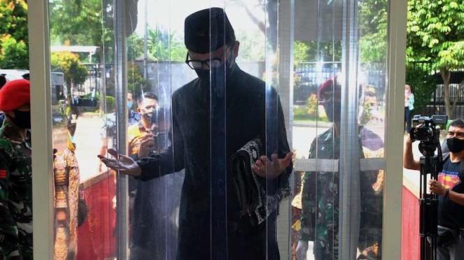 Wali Kota Bogor Bima Arya masuk ke dalam bilik disinfektan sebelum salat Jumat