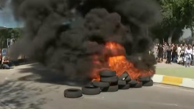 Aksi bakar ban karyawan Nissan di Barcelona, Spanyol