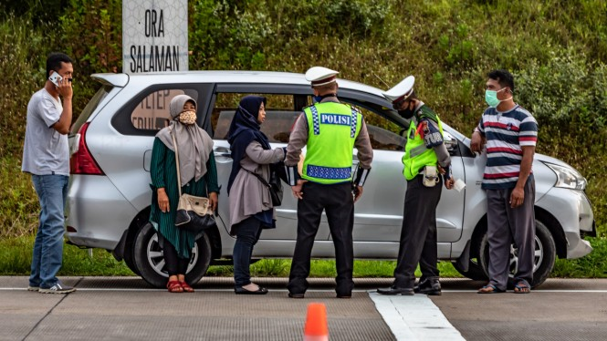 Mobil berpelat nomor palsu diperiksa polisi di tol Kalikangkung