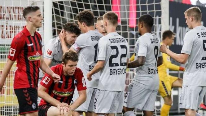 Pemain Bayern Leverkusen berselebrasi