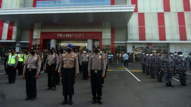 Anggota TNI/Polri mengikuti apel pencanangan new normal di Tegal (30/5/2020)