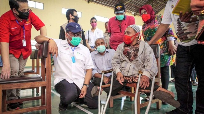 Sekjen Kemensos Hartono Laras antarkan langsung paket sembako ke rumah lansia sakit, dan orang dengan gangguan jiwa (ODGJ).