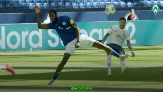 Pemain Werder Bremen, Leonardo Bittencourt saat menghadapi Schalke 04.