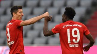 Striker Bayern Munich, Robert Lewandowski, rayakan gol Alphonse Davies