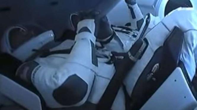 Astronot siap-siap ke luar angkasa.