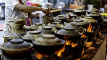https://thumb.viva.co.id/media/frontend/thumbs3/2020/05/31/5ed38e4ca9a71-covid-19-dan-jelajah-kuliner-menu-sarapan-dunia-dari-rumah-mulai-dari-bubur-nasi-coklat-dengan-ikan-asin-mie-instan-hingga-roti-kapulaga_375_211.jpg