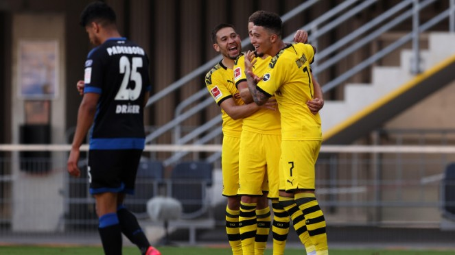 Para pemain Borussia Dortmund rayakan gol Jadon Sancho