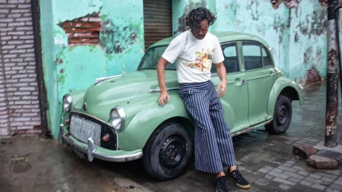 Dwi Sasono berpose dengan mobil klasik