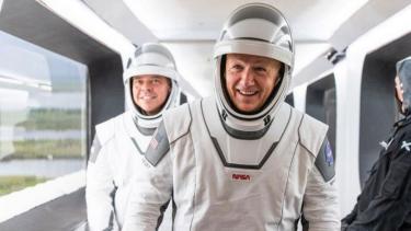 https://thumb.viva.co.id/media/frontend/thumbs3/2020/06/01/5ed4bf3429f17-para-astronot-roket-spacex-falcon-9-elon-musk_375_211.jpg