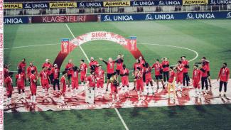 Para pemain Red Bull Salzburg rayakan gelar Piala Austria.