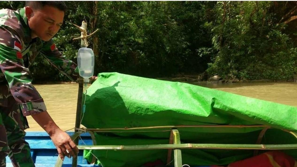 Serda Roy Martin evakuasi warga perbatasan Entikong dengan sampan