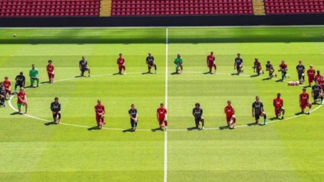 Aksi para pemain Liverpool dukung George Floyd