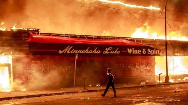 https://thumb.viva.co.id/media/frontend/thumbs3/2020/06/02/5ed59b1298454-dampak-kerusuhan-di-amerika-terhadap-wni-satu-toko-dirusak-merasa-was-was-jika-eskalasi-kerusuhan-meningkat_375_211.jpg