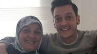 Mesut Oezil dan ibunya, Gulizar Oezil.