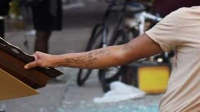 Pria bertato peta Indonesia ikut kerusuhan protes kematian Floyd di Philadelphia