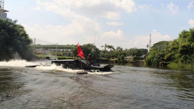 VIVA Militer: Prajurit Yon Ranratfib 1 Mar latih mengendarai kendaraan Tempur