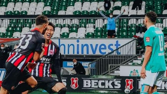 Striker Frankfurt, Andre Silva rayakan gol ke gawang Bremen