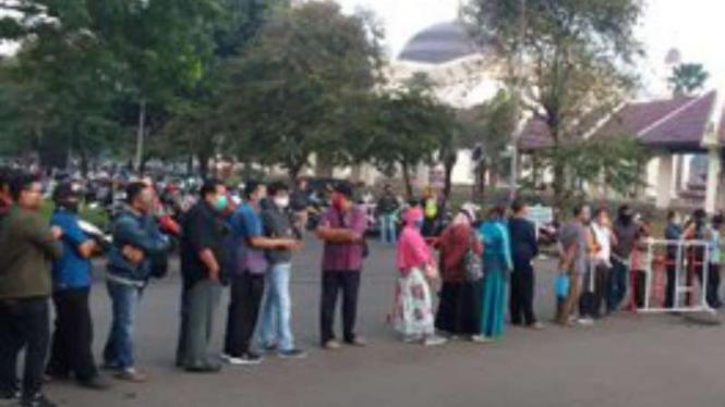 Antrean pemohon SIM di lokasi pelayanan SIM Keliling, TMII, Jaktim.