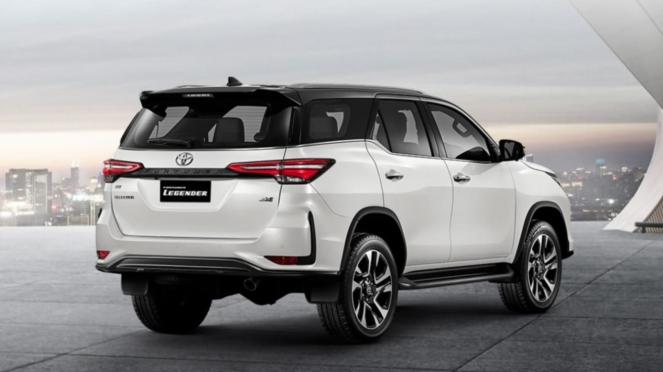 Tampilan belakang Toyota Fortuner Legender