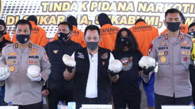 Kabareskrim Komjen Pol Listyo Sigit Prabowo (tengah)
