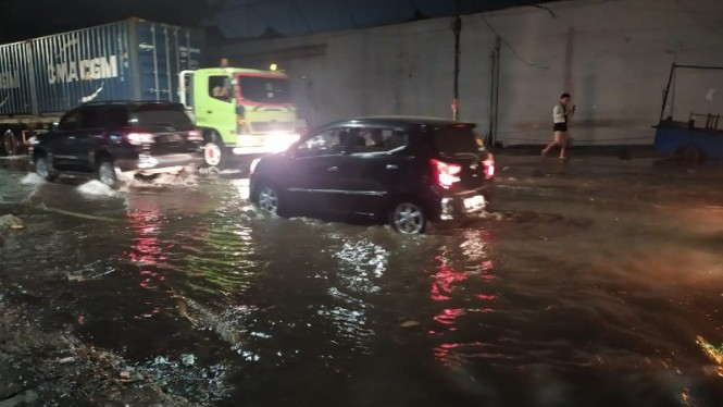 Air rob menggenangi Ancol, Jakarta Utara