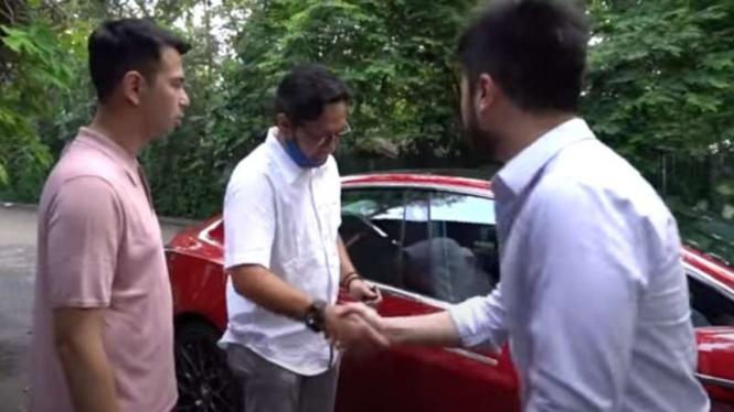 Raffi Ahmad dan Andre Taulay rebutan Tesla.
