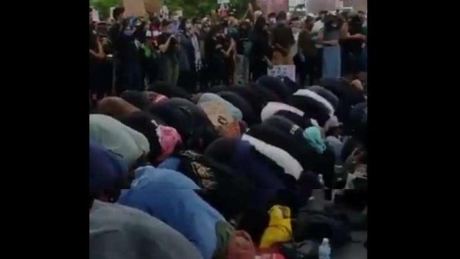 Umat Muslim salat di tengah kerusuhan Amerika.