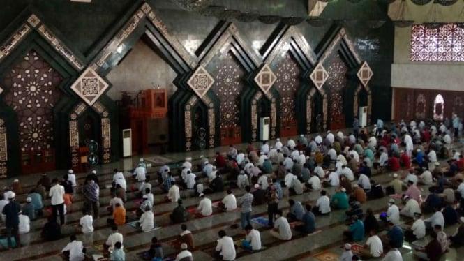 Jemaah salat Jumat di Masjid At Tin