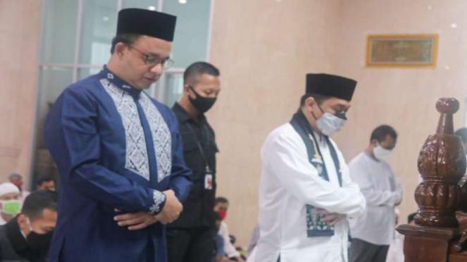 Gubernur Anies Baswedan dan Wakil Gubernur Riza Patria melaksanakan ibadah salat Jumat di Balai Kota, Jumat, 5 Juni 2020.