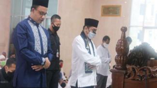 Anies Baswedan salat di masjid Balai Kota