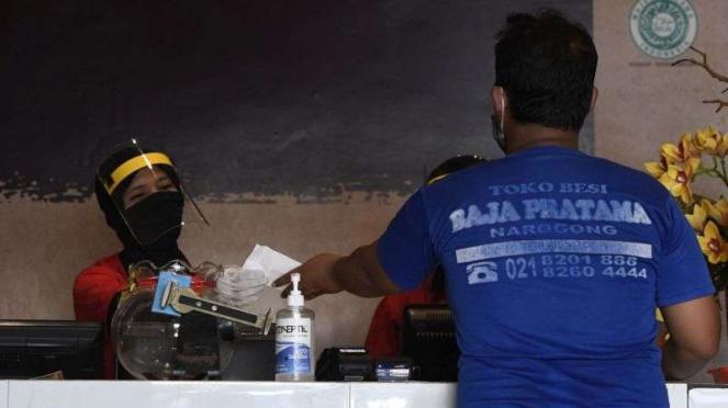 Karyawan melayani pesanan makanan di Restoran Bebek Kaleyo Jakarta