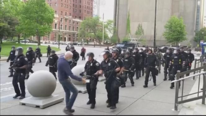 Polisi dorong pria tua hingga berdarah