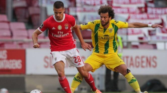 Bintang Benfica, Julian Weigl (kiri)