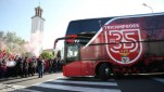 https://thumb.viva.co.id/media/frontend/thumbs3/2020/06/05/5ed9fbe3d56ad-bus-benfica-dilempari-batu-oleh-fans_151_85.jpg