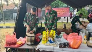 VIVA Militer: Prajurit Yonbekpal 1 Marinir Latihan Memasak